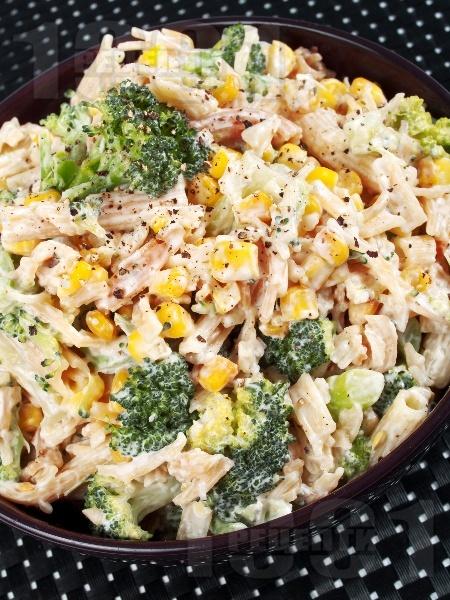 Салата от паста (макарони), броколи, царевица, сметана и синьо сирене - снимка на рецептата